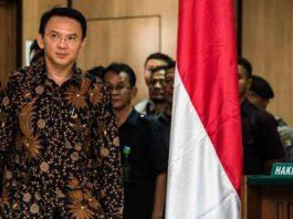 Terdakwa kasus dugaan penodaan agama, Basuki Tjahaja Purnama atau Ahok mengikuti sidang pembacaan putusan di Pengadilan Negeri Jakarta Utara