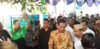 Jokowi Susuri Gang Kecil di Penjaringan untuk Bagikan Paket Sembako