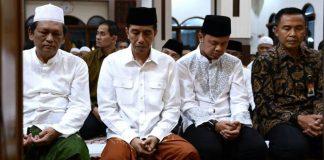 Presiden Joko Widodo menunaikan shalat tarawih di Masjid Al Muslimun,
