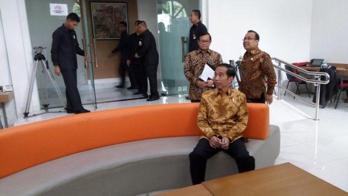 Jokowi lakukan sidak di press room