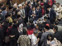 Anggota DPR Fraksi PDI Perjuangan melakukan konsolidasi seusai musyawarah dan lobi di sela-sela rapat sidang Paripurna ke-32 masa persidangan V tahun sidang 2016-2017 di Kompleks Parlemen Senayan, Jakarta, Kamis (20/7/2017).