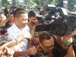 Anggota Komisi I DPR dari fraksi Golkar Fayakhun Andriadi berjalan keluar dari gedung KPK Jakarta