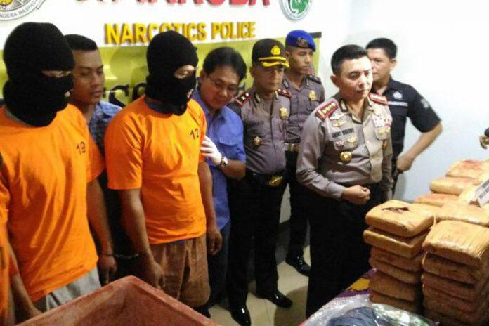 Kapolres Metro Jakarta Timur Kombes Pol Andry Wibowo saat ungkap kasus peredaran ganja seberat 101kg