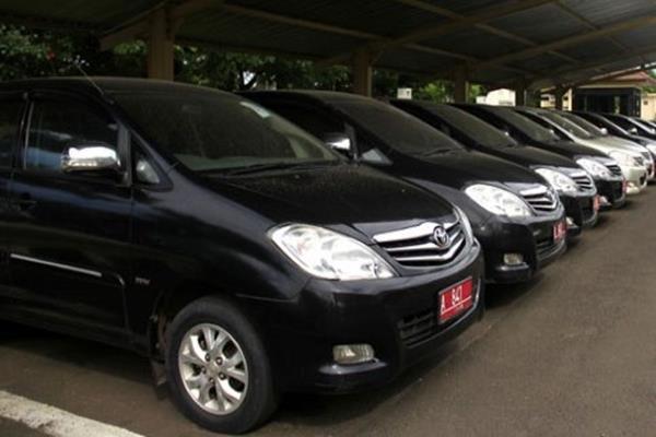 Beberapa mobil dinas masih terparkir di halaman DPRD Surabaya