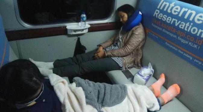 Gaya Menteri BUMN Rini Soemarno tidur di kereta ekonomi saat melakukan kunjungan kerja ke Tasikmalaya, Jawa Barat, Selasa (1/8/2017).