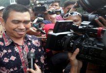 Mochamad Anton Wali Kota Malang berupaya menghindari wartawan yang menunggu keterangan usai diperiksa di Gedung KPK, Jakarta, Senin (14/8/2017).