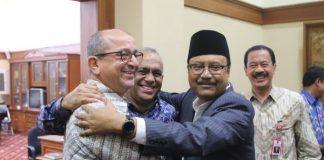 Saifullah Yusuf (Gus Ipul) Wakil Gubernur Jawa Timur berangkulan dengan Ouadia Benabdellah Dubes Maroko untuk Indonesia,