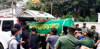 Jenazah Basofi Sudirman disemayamkan di rumah duka di Kemang Timur Kompleks 11 APCO No. 24, Jakarta Selatan.