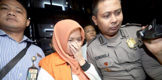 Rohayati Kadis Peternakan Provinsi Jatim nonaktif (rompi oranye) satu dari tersangka dugaan penyuapan anggota DPRD usai menjalani pemeriksaan di Gedung KPK