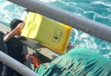 Petugas Kapal Buang Sampah di Laut