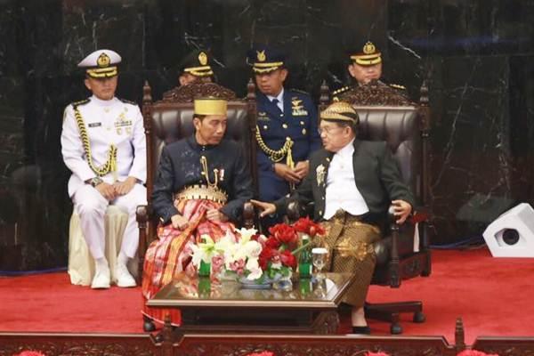Presiden Joko Widodo atau Jokowi dan Wakil Presiden Jusuf Kalla pada Sidang Tahunan MPR di kompleks Parlemen, Senayan, Jakarta, Rabu (16/8). Jokowi memakai pakaian khas bugis sedangkan Jusuf Kalla memakai pakaian khas Jawa.