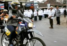 Menteri Susi menikmati pesona alam Lombok dengan motor trail.