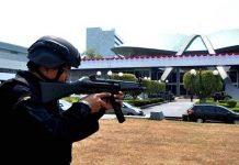 Petugas pengamanan sidang di gedung DPR RI, Senayan, Jakarta,