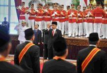 Presiden Joko Widodo memberikan bintang kehormatan kepada sejumlah tokoh yang dianggap berjasa bagi negara