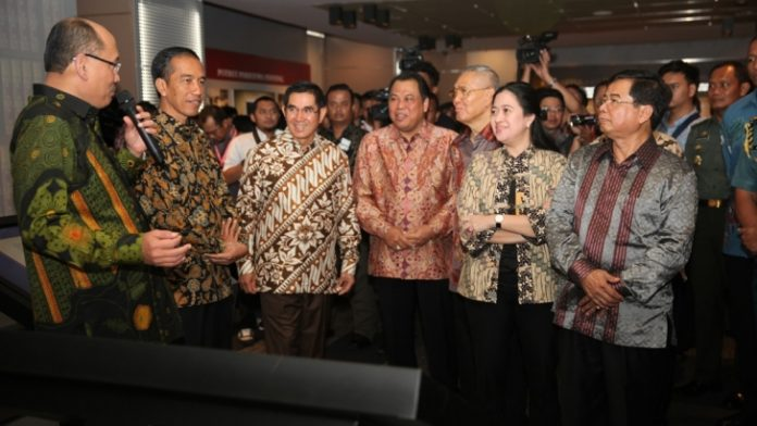 Presiden Jokowi dan para hakim MK saat menghadiri peresmian Pusat Sejarah Konstitusi di Gedung MK, Jakarta, Jumat (19/12/2014)