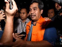 Purnomo Ketua DPRD Kota Mojokerto (pakai rompi oranye) usai menjalani pemeriksaan di Gedung KPK