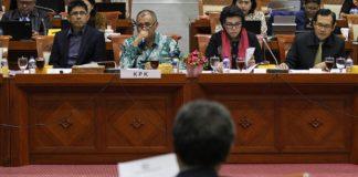 Ketua Komisi Pemberantasan Korupsi (KPK) Agus Rahardjo (kiri) bersama Wakil Ketua KPK Basaria Panjaitan (kanan) mengikuti rapat dengar pendapat dengan Komisi III DPR di Kompleks Parlemen Senayan, Jakarta