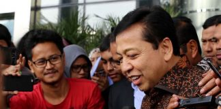 Ketua DPR Setya Novanto meninggalkan Gedung Komisi Pemberantasan Korupsi (KPK) seusai diperiksa di Jakarta