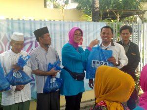 Drs.Hj Fatma saifullah yusuf secara simbolis menyerahkan daging kurban kepada masyarakat setempat