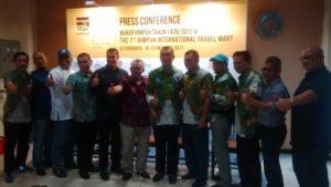 foto bersama dengan para anggota Agent travel