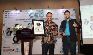 Wagub Jatim Saifullah Yusuf saat menerima cinderamata dari penyelenggara acara CEO Forum yang diselenggarakan Fakultas Magister Manajemen Unair di Gedung Dyandra Sby