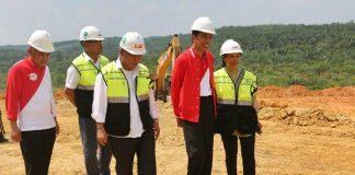 Presiden Joko Widodo (tengah) didampingi Menteri PUPR Basuki Hadimuljono (kiri) dan Menteri BUMN Rini Soemarno meninjau proyek pembangunan seksi I ruas jalan tol Pekanbaru - Kandis - Dumai