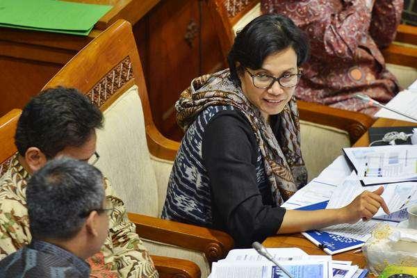 Menteri Keuangan Sri Mulyani (kanan) bersama Deputi Gubernur Senior Bank Indonesia Mirza Adityaswara mengikuti rapat kerja dengan Komisi XI DPR di Kompleks Parlemen, Senayan, Jakarta