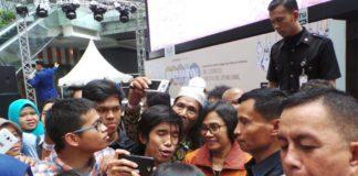 Menteri Keuangan Sri Mulyani diserbu selfie oleh para pengunjung