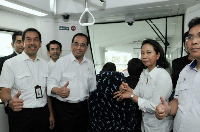Menteri Perhubungan Budi Karya Sumadi dan Menteri BUMN Rini Soemarno saat akan meresmikan skytrain Bandara Soekarno Hatta, Minggu (17/9/2017).