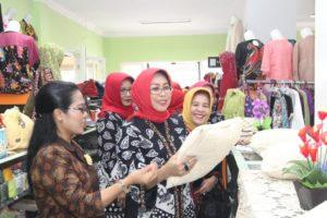 Ibu Hj. Fatma Saifullah Yusuf Di Dampingi Oleh Organisasi BKOW Jatim Melakukan Kunker Di Koperasi Serba Usaha Setia Budi Wanita Di Kota Malang