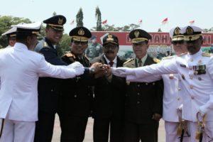 Tampak Gubernur Jatim Dr.H. Soekarwo Berjabat Tangan Bersama Jajaran Petinggi TNI AD, AL dan Kapolda Jatim di Lapangan Kodam V/Brawijaya Surabaya, Kamis (5/10/2017).