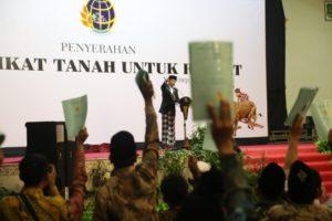Presiden RI Ir.H. Joko Widodo (Jokowi) Saat Memberikan Sambutan Dalam Acara Penyerahan Sertifikat se-Madura di Gedung Ady Poday Sumenep, Minggu (8/10/2017) Sore.