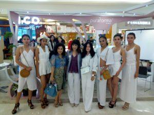 Tampak dr. Fanny Didampingi Owner Galaxy Mall Foto Bersama Dengan Peragawati Puraforma Clinic di Galaxy Mall Surabaya, Kamis (26/10/2017) Sore.