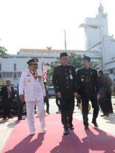 Gubernur Jatim Dr.H. Soekarwo (kiri) Mendampingi Mendagri Tjahyo Kumolo (tengah) Bersama Wagub Jatim Drs.H. Saifullah Yusuf Saat Menghadiri Upacara Peringatan Hari Jadi Provinsi Jatim ke-72  di Halaman Tugu Pahlawan Surabaya, Kamis (12/10/2107).