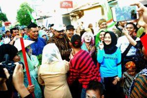 Wakil Gubernur Jatim Drs.H. Saifullah Yusuf Saat Foto Bersama Dengan Warga Rungkut Tengah Surabaya, Minggu (1/10/2017
