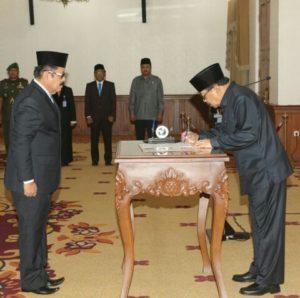 Gubernur Jatim Dr.H. Soekarwo Saat Menandatangani Pelantikan Kepala Perwakilan BKKBN Prov Jatim di Gedung Negara Grahadi Surabaya, Senin (2/10/2017).
