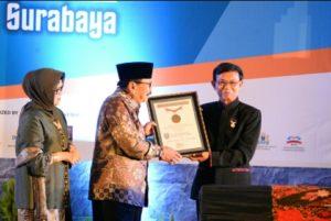 Gubernur Jatim Dr.H. Soekarwo Saat Menerima Rekor MURI Sebagai Gubernur Pembina UKM/IKM Terbesar di Indonesia di Grand City Convex Surabaya, Kamis (5/10/2017).