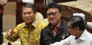 Menkominfo Rudiantara (kiri) dengan Mendagri Tjahjo Kumolo (tengah) dan Menkumham Yasonna Laoly saat rapat RUU Ormas di Kompleks Parlemen, Senayan, Jakarta, Jumat (20/10).