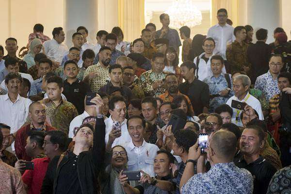 Presiden Joko Widodo (tengah) minum kopi dalam acara