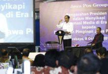 Joko Widodo Presiden saat memberikan pengarahan kepada direksi maupun pemimpin media di Graha Pena Jawa Pos, Minggu (8/10/2017).