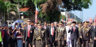 Presiden Joko Widodo berjalan bersama Jenderal TNI Gatot Nurmantyo Panglima TNI dan Jenderal Tito Karnavian Kapolri menuju Dermaga Indah Kiat, Cilegon, Banten