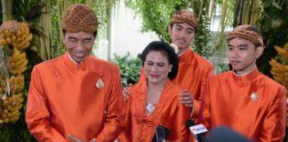 Joko Widodo Presiden bersama istri dan kedua putranya setelah meninjau pelaksanaan gladi bersih di Gedung Graha Saba Buana, Surakarta
