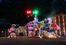 Seniman tari Didik Nini Thowok membawakan tari Ardhanareshvara di rangkaian tari pembukaan Kulon Progo Festival (KulFest) yang digelar di Bendung Khayangan, Kulon Progo, Daerah Istimewa Yogyakarta , Jumat (24/11/2017).