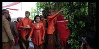 Presiden Joko Widodo saat memasang Bleketepe, Simbolis Pisang, dan lainnya.