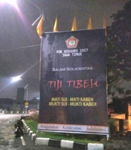 salah satu baliho dan bendera setengah tiang Kosgoro1957 Jatim yang terpasang di Bunderan Dolog Jl A Yani Surabaya, mulai tadi malam (23/11).