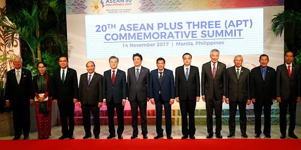 Kepala Negara dan Kepala Pemerintahan ASEAN yang menandatangani ASEAN Consensus on the Protection and Promotion of the Rights of Migrant Workers di Philippine International Convention Center (PICC) Manila, Filipina, Selasa (14/11/2017)