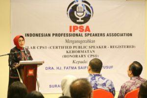 bu Hj. Fatma Saifullah Yusuf memberikan sambutan pada acara sertifikasi CPS IPSA di Hotel IBIS Basuki Rahmat Surabaya
