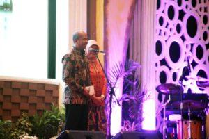 tampak Mayjen TNI arif Rahman beserta istrinya saat memberikan sambutanya