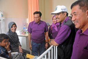 Nawacita.co-wagub jatim dgn didampingi Buapti Gresik dan Ketua PDGI menjenguk pasien bibir sumbing di RS Fatmawati Seayat Gresik