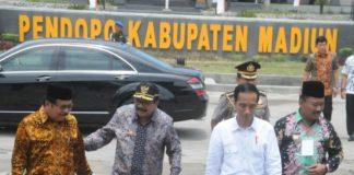 Gubernur Jatim Dr.H. Soekarwo Bersama Presiden RI Joko Widodo (Jokowi) Dalam Kunjungan Kerja di Desa Dungu, Kec. Wungu, Kab. Madiun, Senin (6/11/2017). Sumber Foto : Humas Pemprov Jatim